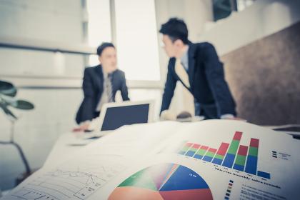 ビジネスイメージ(2人の男性・書類・データ・資料)