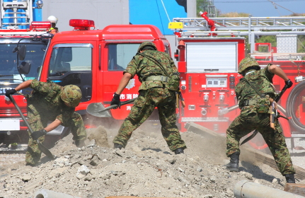 救助活動にあたる自衛隊員(2010年堺市総合防災訓練)