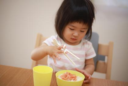 トレーニング箸を使う女の子