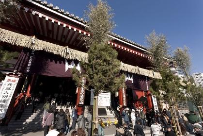 初詣客でにぎわう浅草寺
