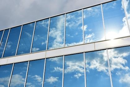 窓に映った青空と雲