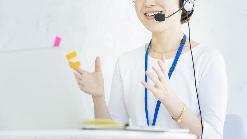 オンラインでコミュニケーションをとる女性