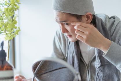 若い男性のフェイシャルケアのイメージ・家でのフェイスケア