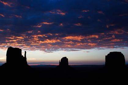 アメリカ・ユタ州アリゾナ州のモニュメントバレーにて早朝の夜明け前のミトンビュート