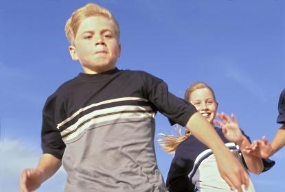 Strandszene, Portrait, Halbfigur, laufende Kinder bei blauem Himmel, Maedchen und Junge im Alter von 10 -12 Jahren