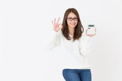 電卓を持つ女性 笑顔