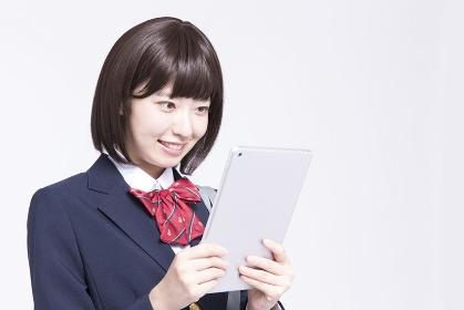 タブレットPCを操作する女子高校生
