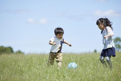 ボールで遊ぶ姉弟