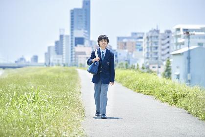 笑顔で登校する日本人男子中学生
