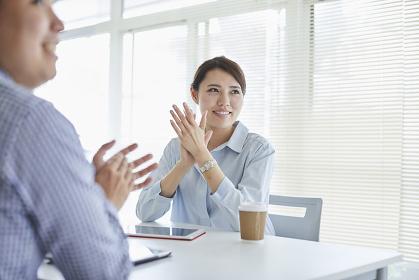 拍手をするビジネス女性