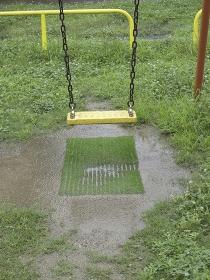 雨にぬれた公園のブランコ