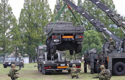 故障車両のセミトレーラ積載作業展示(2010年陸自桂駐屯地イベント)