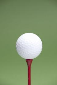 ゴルフボールと木製のティー