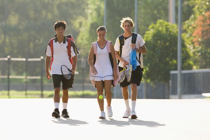 テニスバッグとラケットを持つ若者達