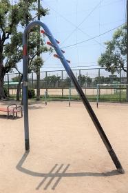 日本の公園の健康器具 ラムダ 懸垂器具