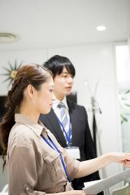 会議のイメージ(ホワイトボード・男性・女性)