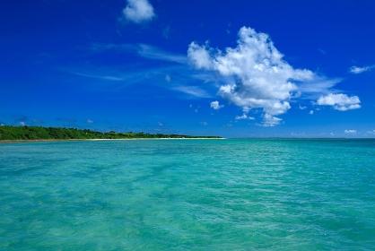 沖縄県・竹富島 西桟橋から眺める夏の海の風景