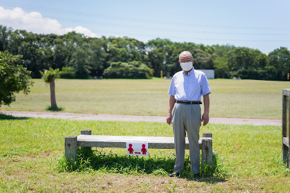 ソーシャルディスタンスを確保する高齢の男性