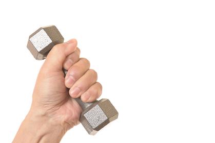 ダンベルで筋トレをするシニアの手