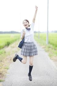 笑顔でジャンプする女子高校生