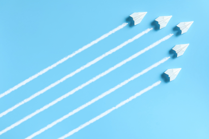 編隊を組んで飛ぶ5機の紙飛行機 1