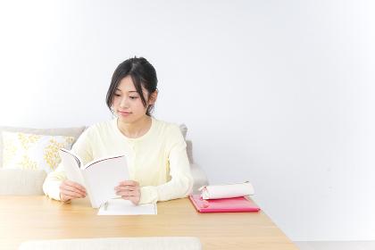 自宅で受験勉強をする女子学生