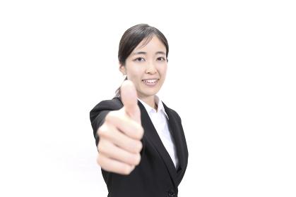 親指を立ててポーズをとる女性