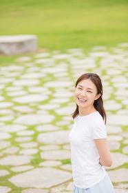 リラックスする笑顔の女性 全身