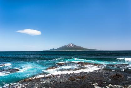 日本・北海道礼文島から見る5月の利尻山