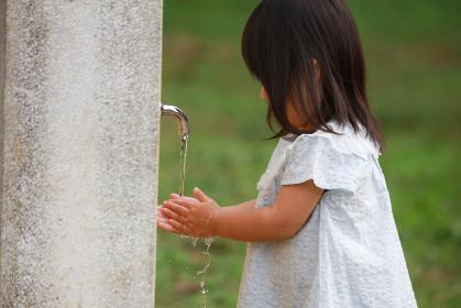 手洗いする女の子
