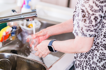 シニア 女性 水仕事 主婦 【 シニア の ライフスタイル イメージ 】