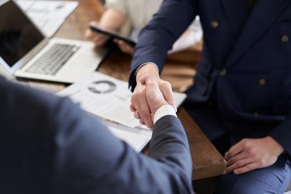 握手をするアジア人ビジネスマンの手元
