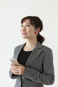 スマートフォンを持っているビジネスウーマン