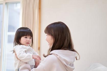 娘を抱っこするアジア人のお母さん