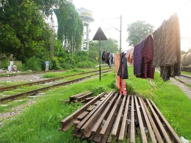 インド・ニューデリー市街地にて線路付近の路上で暮らす家族