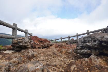 火山の溶岩が転がる遊歩道(夏)、宮城県蔵王