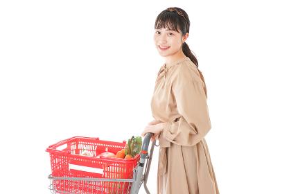 スーパーで食料品の買い物をする若い女性