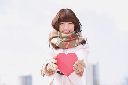 赤いハートを持っている日本人女性