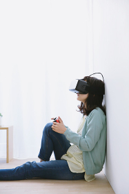 バーチャルリアリティでゲームする日本人女性