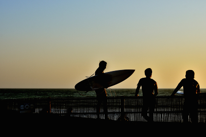 夕暮れ サーフィンを終えたサーファー(シルエット)
