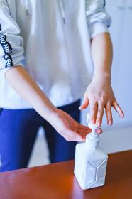 アルコールで手を消毒する【ニューノーマルのライフスタイル】