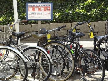 自転車駐輪禁止区域に停めたたくさんの自転車