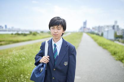 登校する日本人男子中学生
