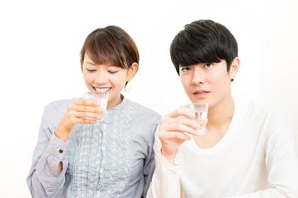 美味しい水・男性・女性(カップル)