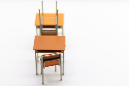 並べられた学校の机と椅子