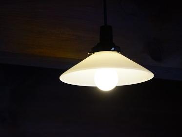 天井の白熱電灯