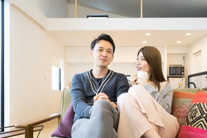 ソファで会話する夫婦(カップル)