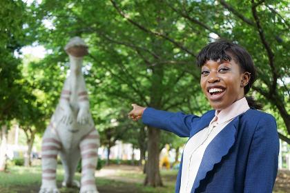 恐竜に驚く黒人女性