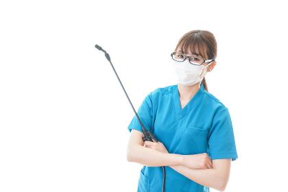 腕を組み消毒作業を行う医療従事者