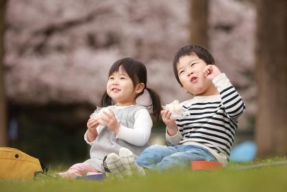 お花見する子供たち